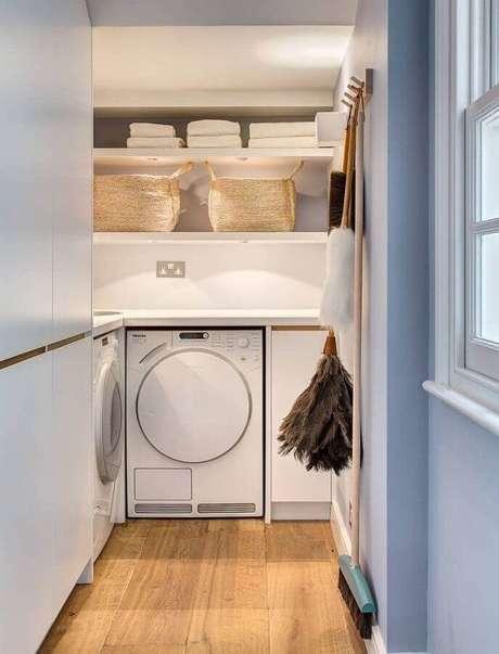 13. Prateleira para lavanderia pequena planejada na cor branca. Foto: Pinterest