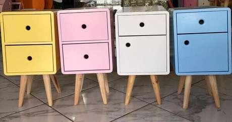 46. No mercado é possível encontrar modelos de mesa de cabeceira retrô coloridos. Fonte: Sle Decor Casa e Festa