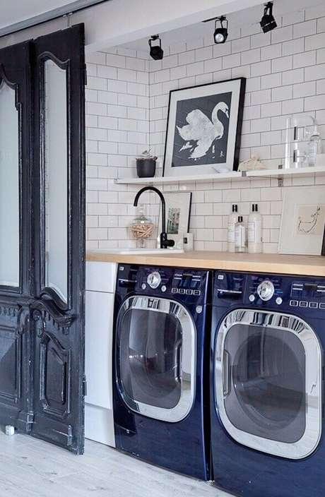 11. Prateleira para lavanderia simples decorada com bancada de madeira. Foto: Pinterset