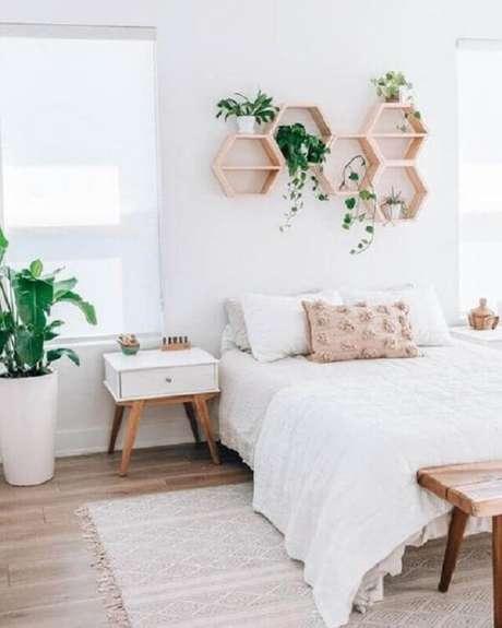 9. A mesa de cabeceira retro branca decora o quarto de casal. Fonte: Pinterest