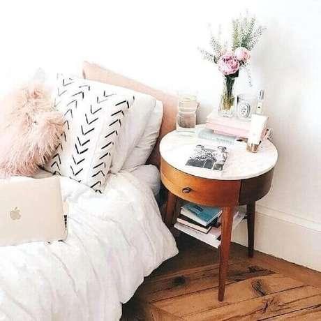 44. Modelo de mesa de cabeceira retrô redondo com perna palito. Fonte: Rumahkita