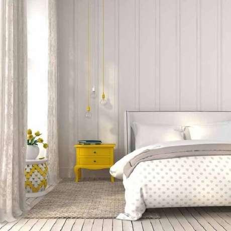 8. A mesa de cabeceira retrô amarela quebra a neutralidade do dormitório. Fonte: Pinterest