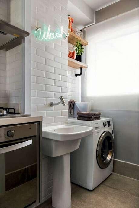 16. Prateleira para lavanderia pequena decorada com metro white. Foto: Arkpad