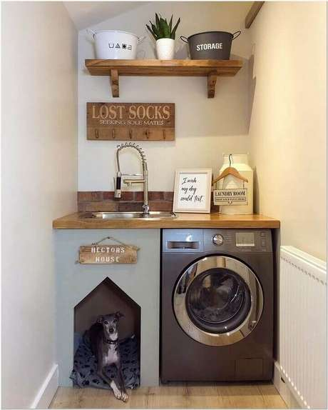 38. Decoração simples com prateleira de madeira para lavanderia pequena. Foto: Dicas de Mulher
