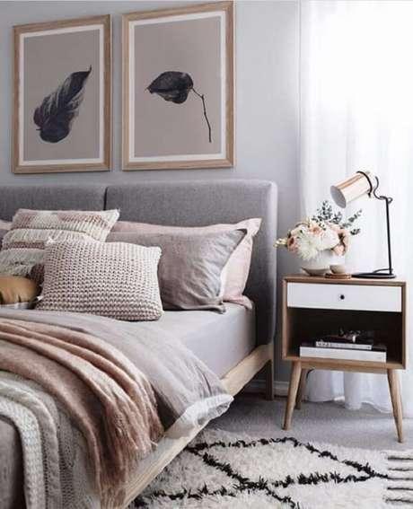 49. Quarto com mesa de cabeceira retrô com uma gaveta e nicho. Fonte: Pinterest