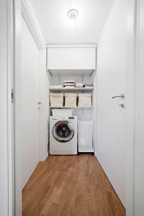 37. Decoração na cor branca com prateleira para lavanderia pequena. Foto: Pinterest