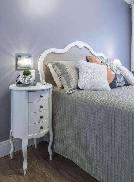 7. Dormitório estiloso com mesa de cabeceira retrô. Projeto por Modi Arquitetura Interiores