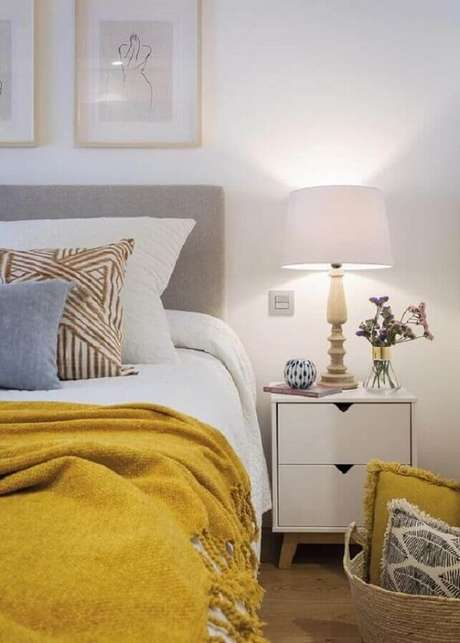 37. Mesa de cabeceira retrô com gavetas para decoração de quarto branco com manta amarela sobre a cama. Fonte; Micasa Revista