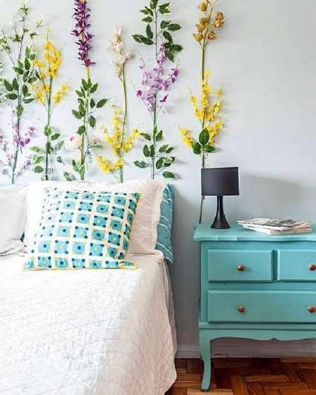 25. Decoração de quarto com mesa de cabeceira retrô azul. Fonte: Dicas de Mulher