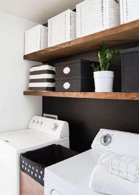 50. Decoração com prateleira de madeira para lavanderia preta e branca. Foto: Home Fashion Trend