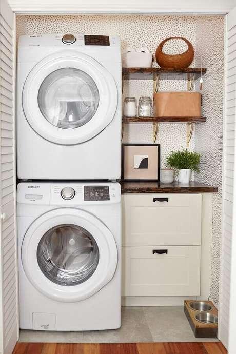 46. Decoração com prateleira para lavanderia pequena. Foto: House Beautiful