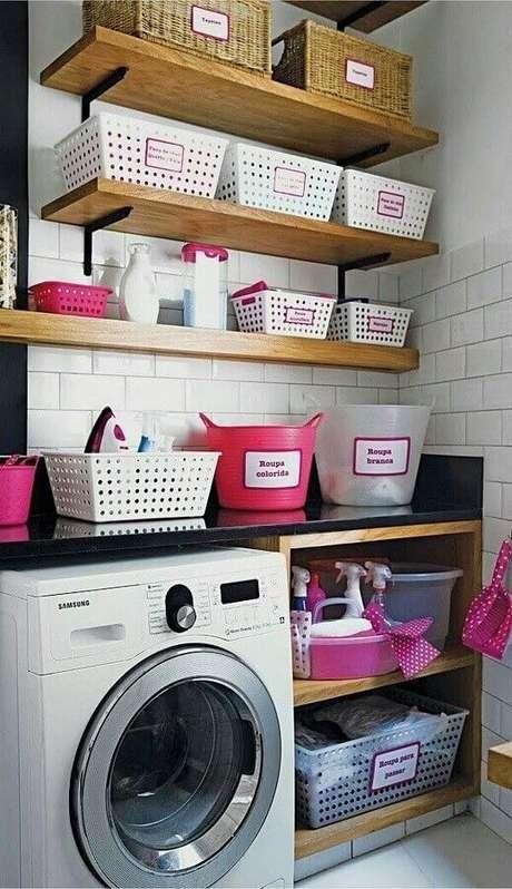 2. prateleira de madeira para lavanderia pequena decorada com cestos organizadores. Foto: Marie Claire Brasil