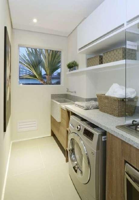 14. Prateleira para lavanderia pequena decorada em cores claras. Foto: Homify
