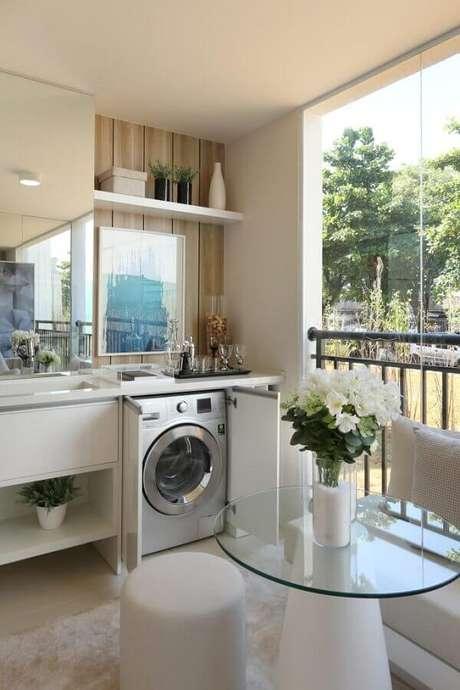 12. Prateleira para lavanderia planejada em varanda. Foto: Chris Silveira e Arquitetos