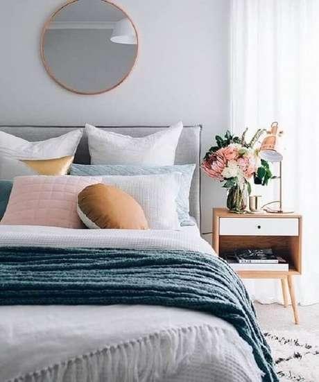 1. Quarto cinza decorado com espelho redondo e mesa de cabeceira retrô de madeira com gaveta branca. Fonte: Reciclar e Decorar