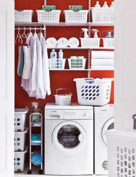 49. Decoração com prateleira de aço para lavanderia vermelha e branca. Foto: Pinterest