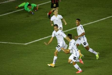 Vinícius Balieiro e Kaiky marcaram seus primeiros gols pelo Peixe (Foto: AFP)