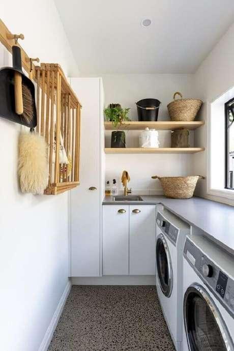 53. Decoração clean com prateleira de madeira para lavanderia branca planejada de canto. Foto: Home Style
