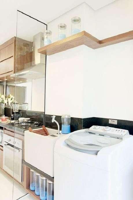 20. Prateleira para lavanderia integrada com a cozinha com divisória de vidro. Foto: Jeito de Casa