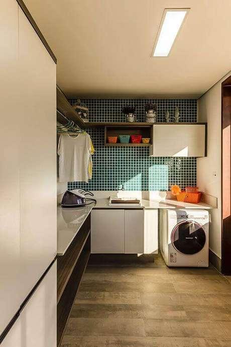 5. Decoração com pastilha verde e prateleira para lavanderia planejada de canto. Foto: Pinterest