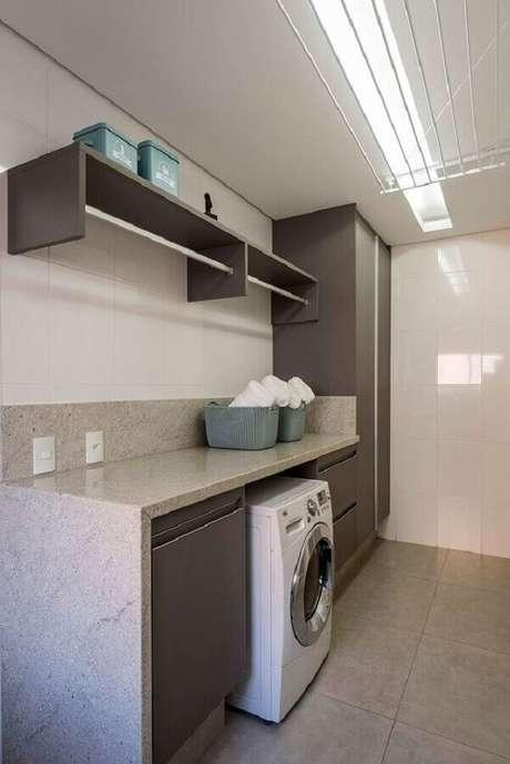 39. Decoração em tons de cinza com prateleira para lavanderia com cabideiro. Foto: Casa de Valentina