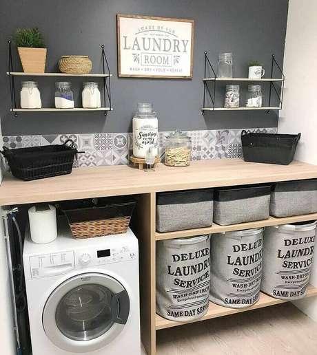 10. Prateleira para lavanderia simples decorada em tons de cinza. Foto: Arkpad