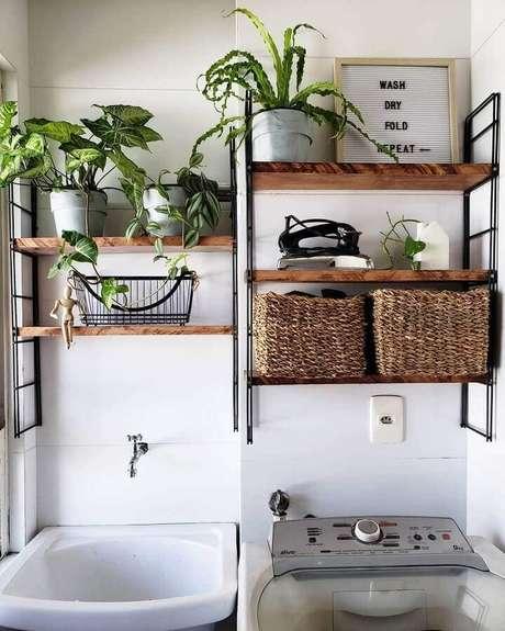 31. Decoração simples com vasos de plantas para prateleira para lavanderia pequena. Foto: Dicas de Mulher