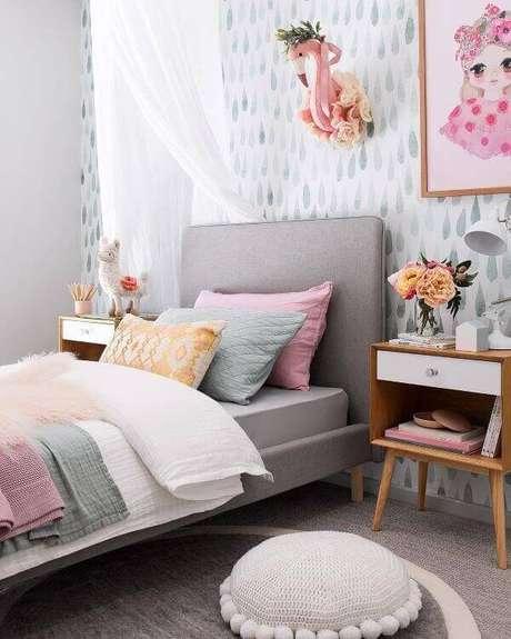 4. O quarto é um ótimo lugar para usar a mesa de cabeceira retrô. Projeto por Tarina Wool