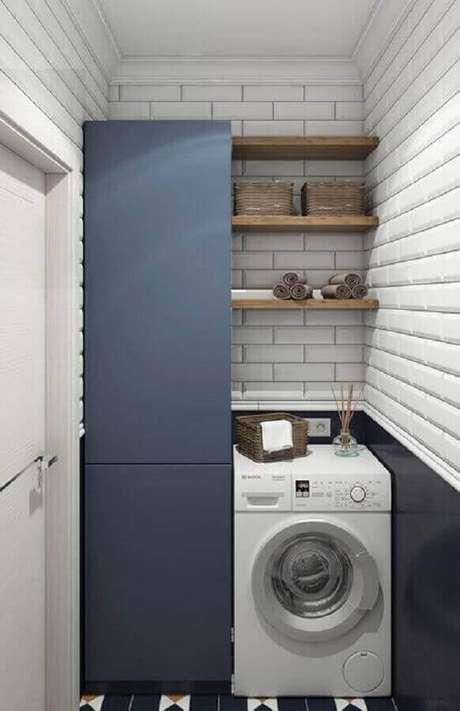 17. Prateleira para lavanderia pequena decorada com metro white e armário azul escuro. Foto: Houzz