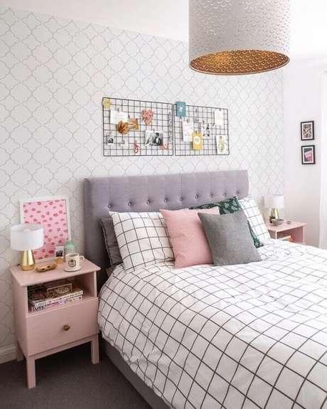 17. Aposte em uma decoração com mesa de cabeceira retrô rosa bebê. Fonte: Papel Decor