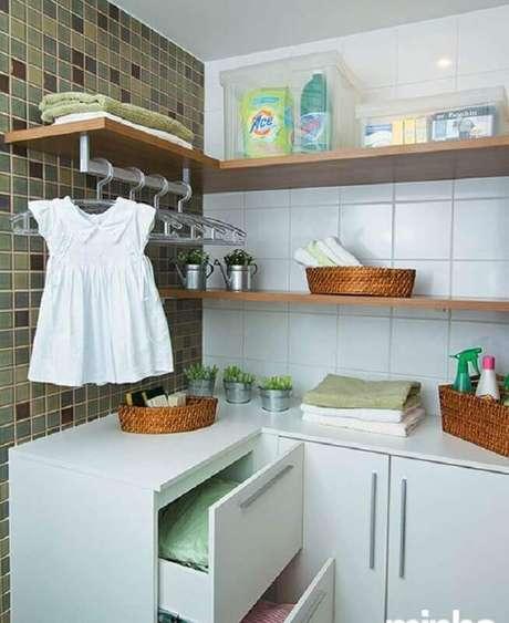 30. Prateleira de canto para lavanderia simples. Foto: Minha Casa