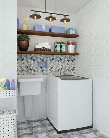 24. Prateleira de parede para lavanderia decorada com revestimento 3D branco. Foto: Jeito de Casa