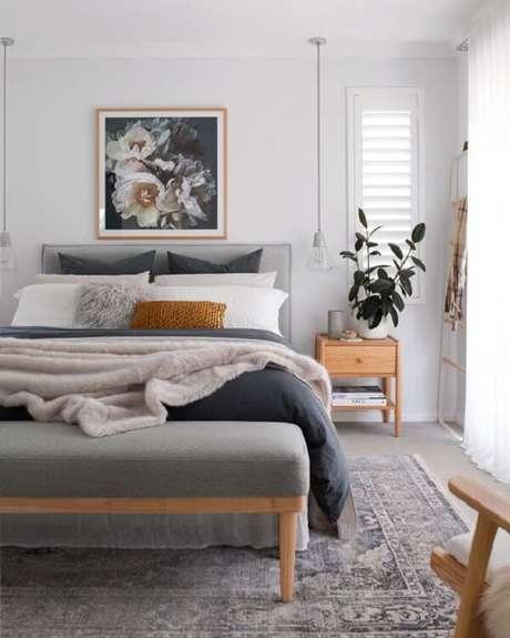 53. Quarto com mesa de cabeceira retrô em madeira clara. Fonte: Pinterest