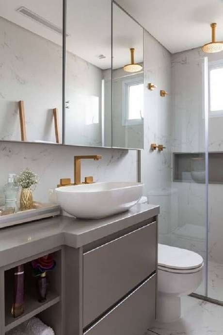 40. Espelheira grande para banheiro cinza moderno decorado com detalhes em dourado – Foto Jeito de Casa