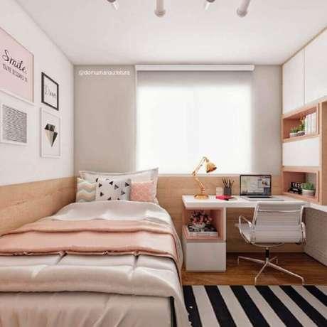 2. Decoração em cores claras com home office no quarto feminino de solteiro. Foto: Domum Arquitetura