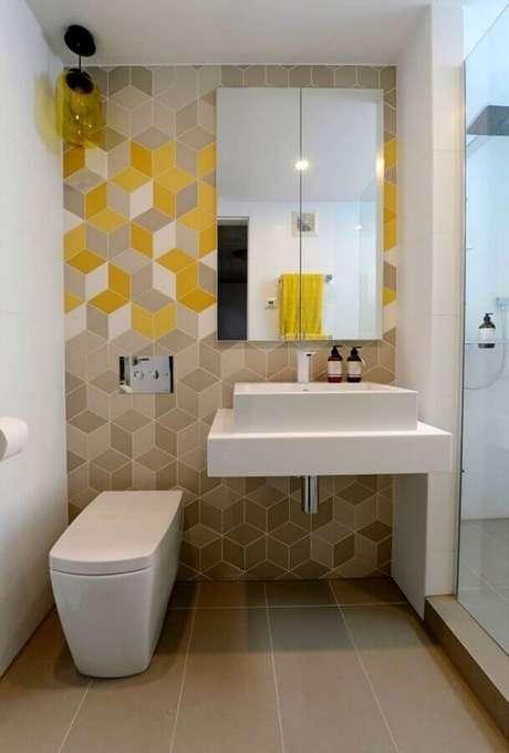 52. Espelheira para banheiro pequeno decorado com revestimento geométrico – Foto Pinterest