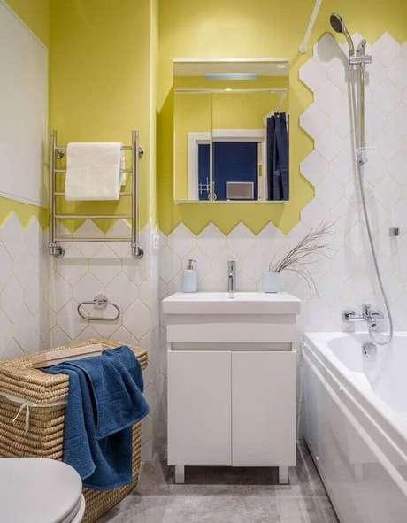 6. Decoração simples com espelheira para banheiro amarelo e branco – Foto Houzz