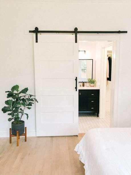16. Porta de correr branca para banheiro moderno – Foto Mollie Mason
