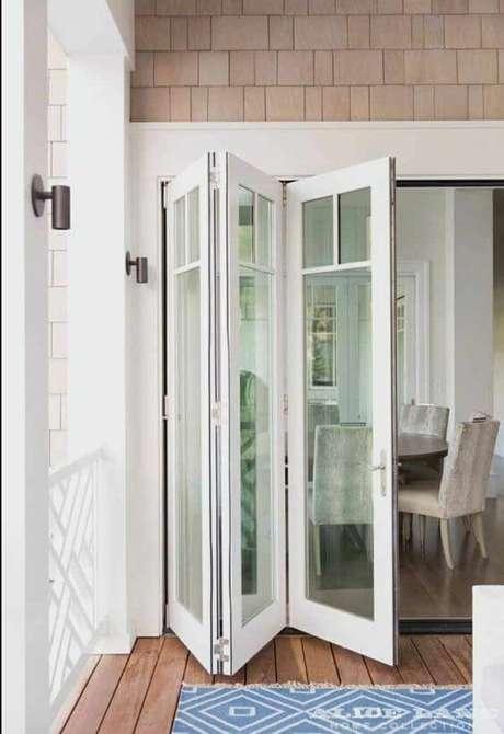 43. Porta branca com vidro para varanda iluminada – Foto Pinterest