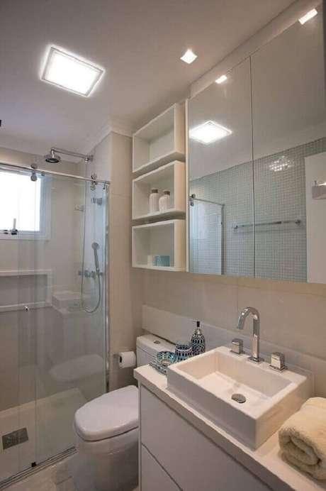 16. Decoração com armário espelheira para banheiro pequeno todo branco – Foto Pinterest