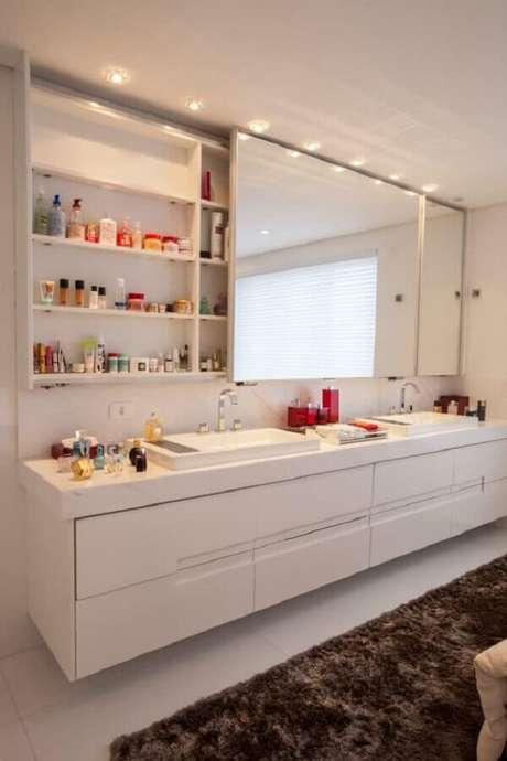 39. Espelheira grande para banheiro branco sofisticado decorado com tapete felpudo – Foto Homify