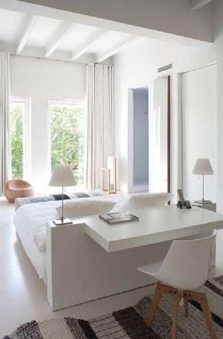 46. Decoração minimalista com home office no quarto de casal todo branco. Foto: Trende Decor