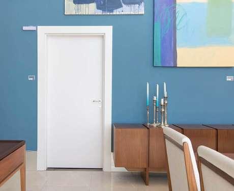 8. Sala azul moderna com porta branca – Foto Pormade