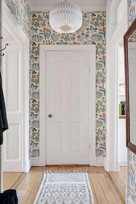 32. Casa colorida com papel de parede e porta branca – Foto Casa Vogue