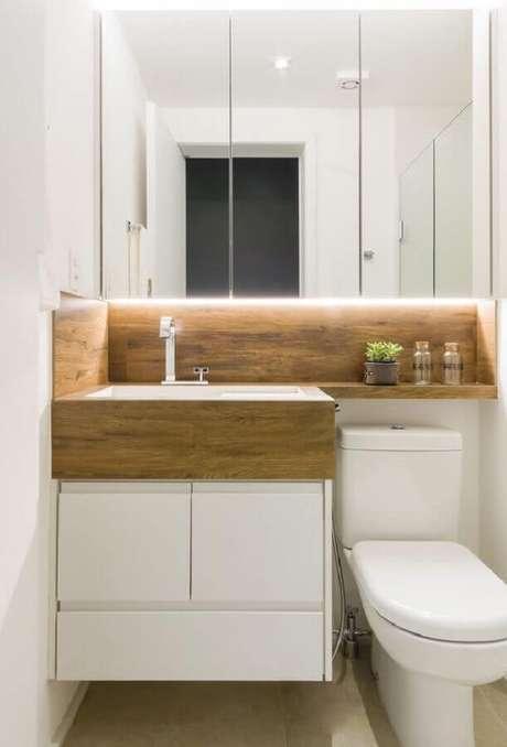 45. Espelheira para banheiro branco decorado com nicho e bancada de madeira – Foto Pinterest