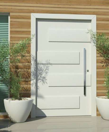 38. Entrada de casa com porta pivotante branca – Foto Ecoville Portas e Janelas