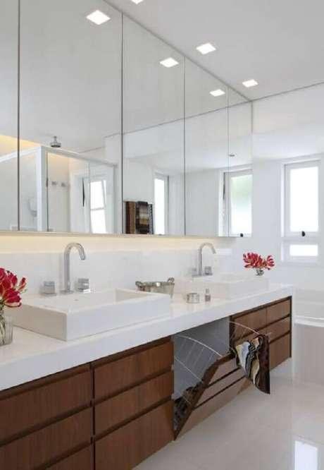 10. Armário espelheira para banheiro grande decorado com gabinete de madeira planejado – Foto Homify