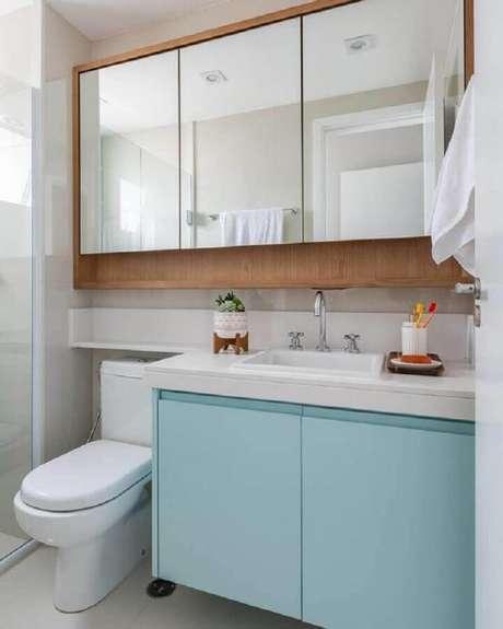 20. Decoração com gabinete azul pastel e espelheira para banheiro de madeira – Foto Jeito de Casa
