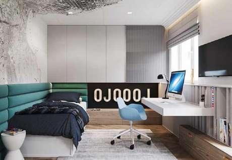 43. Decoração moderna com home office no quarto de solteiro planejado com bancada suspensa. Foto: Archidea