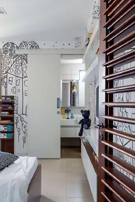 47. Porta branca de correr para banheiro no quarto – Foto Pinterest